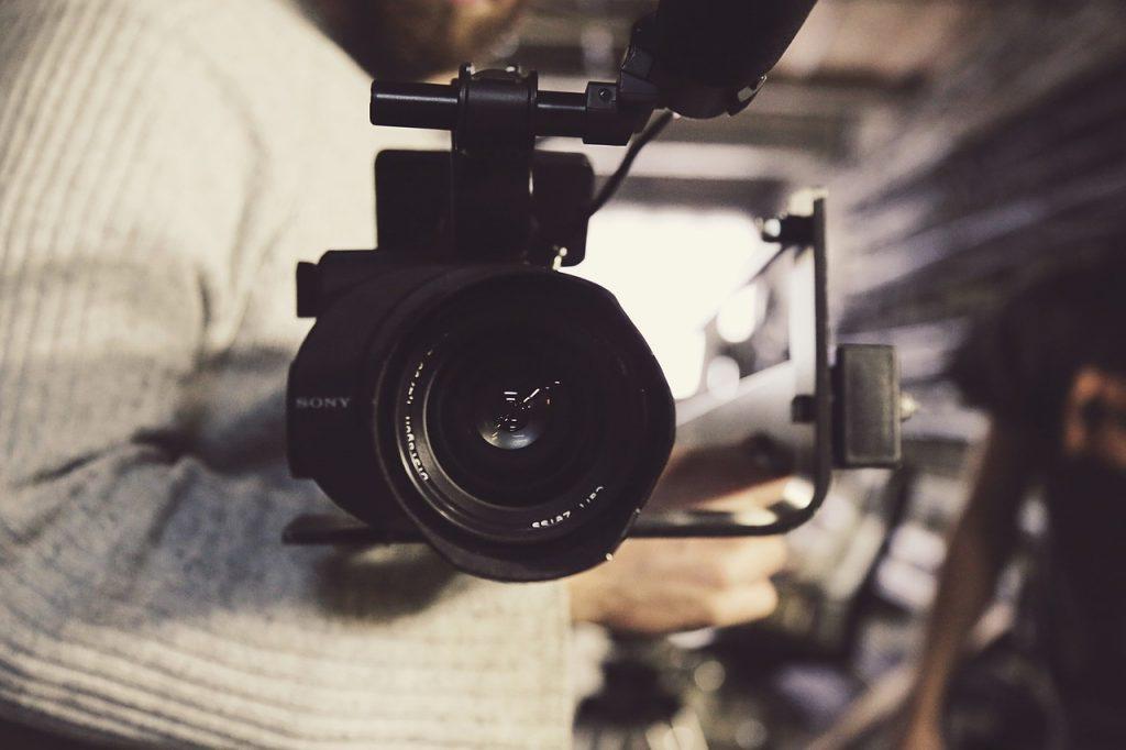 מצלמה שמכוונת אלינו