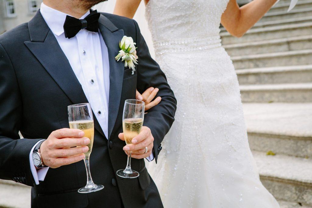 בעל ואישה מחזיקים יין