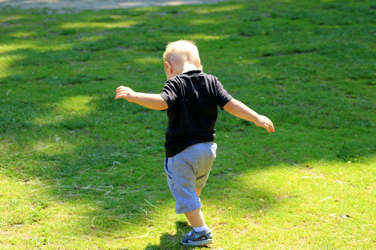 ילד מתחיל ללכת