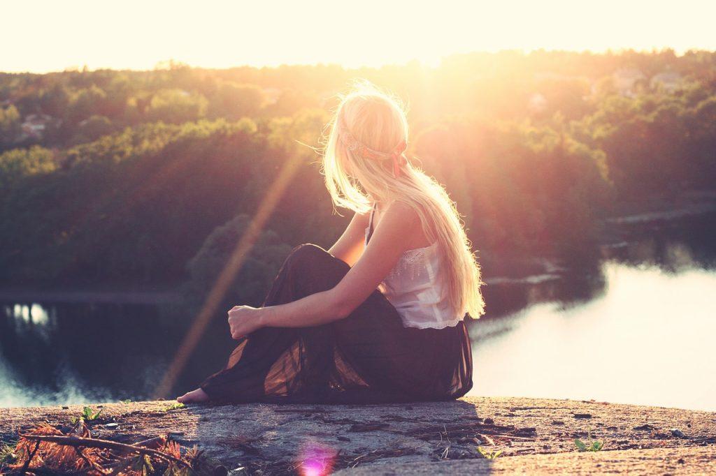 אישה מול השמש