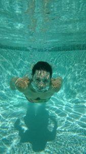 אישה שוחה