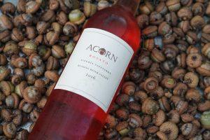 בקבוק יין אדום מצולם