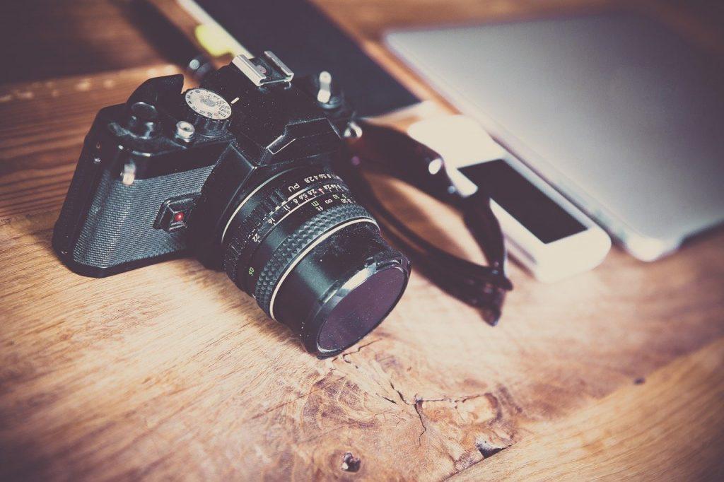 מצלמה מונחת על שולחן