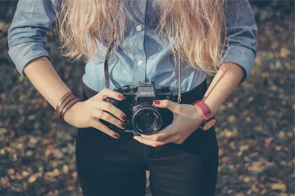 אישה מחזיקה מצלמה