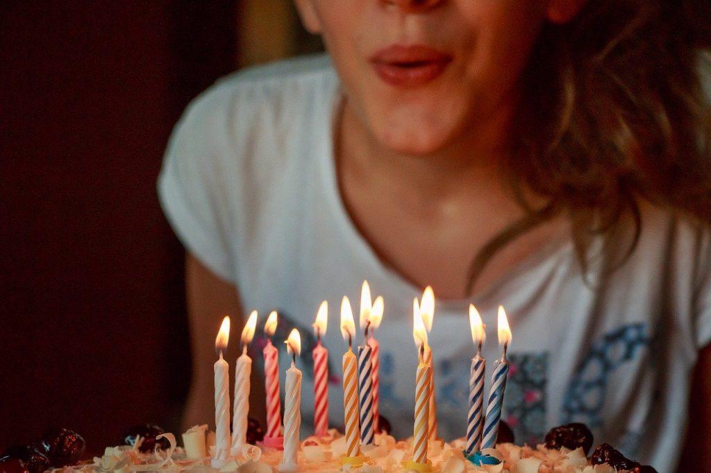 ילדה מכבה נרות