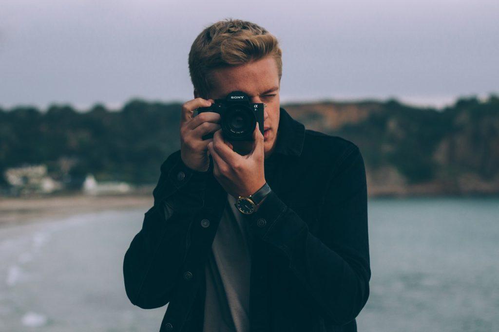 איש מצלם