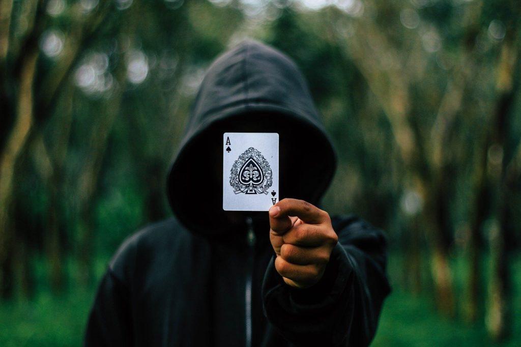 איש בקפוצ'ון מחזיק קלף