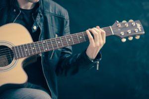 איש מנגן